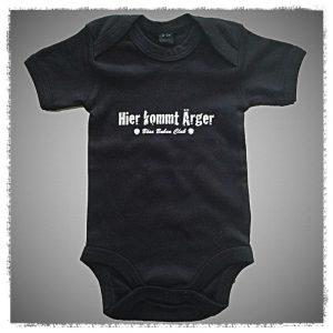 Strampler / Böse Buben Club / Baby Body – Hier kommt Ärger